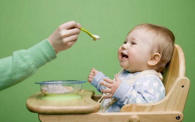 Когда вводить прикорм новорожденному