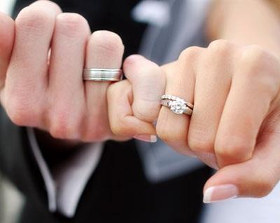 По традиции обручальные кольца ... b987b1f51c7a3